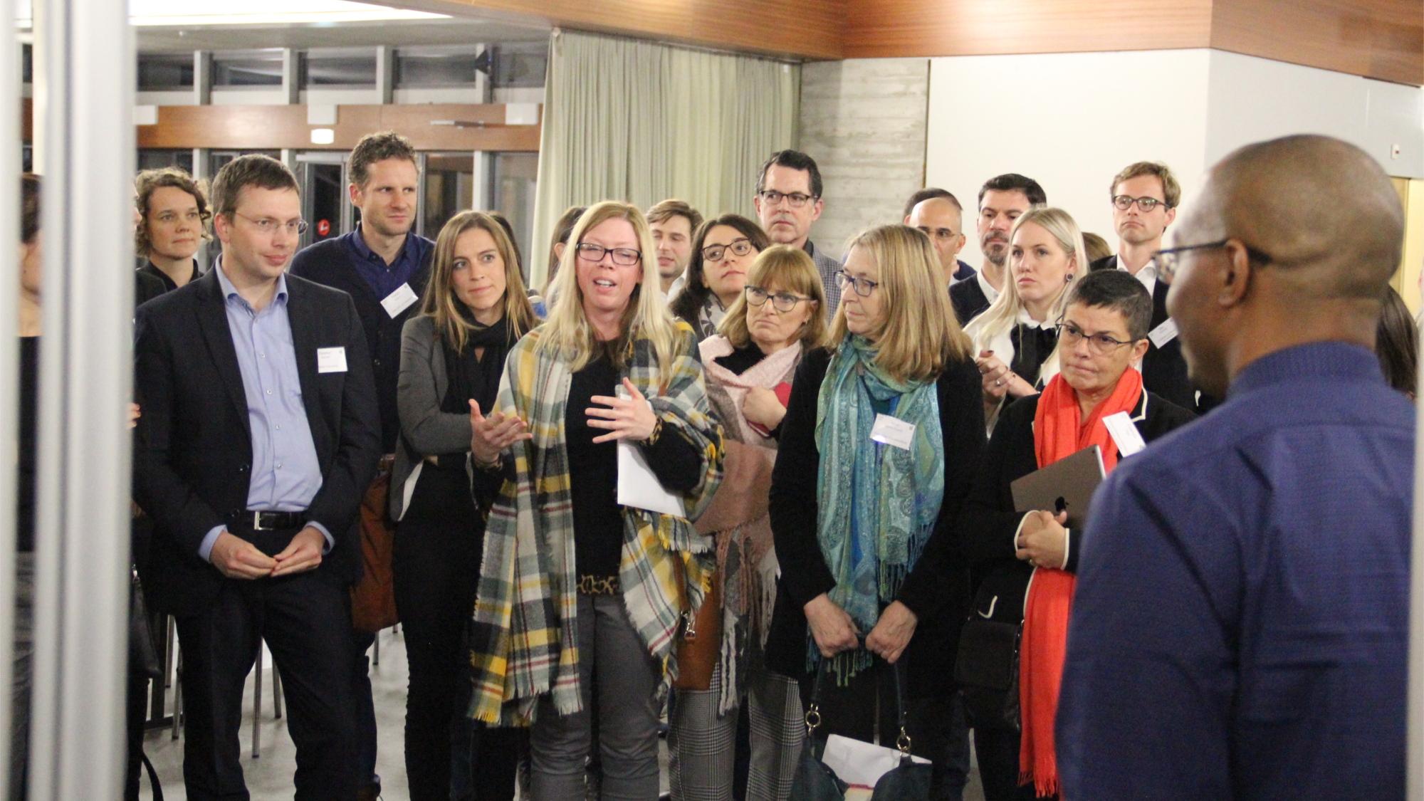 KonferenzteilnehmerInnen bei einer Posterpräsentation