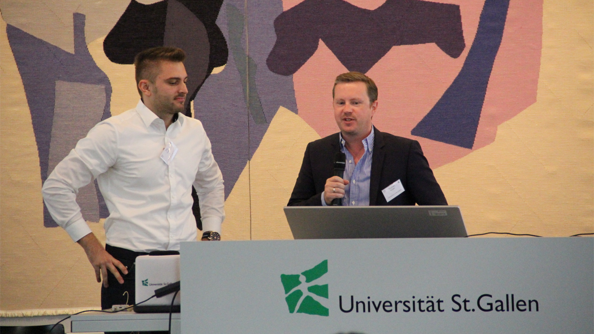 Prof. Dr. Stephan Böhm und Tim Götz am Podium