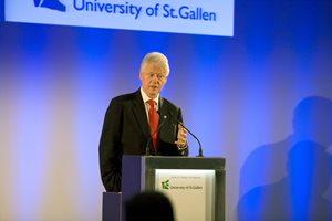 Eröffnung mit Bill Clinton am Rednerpult