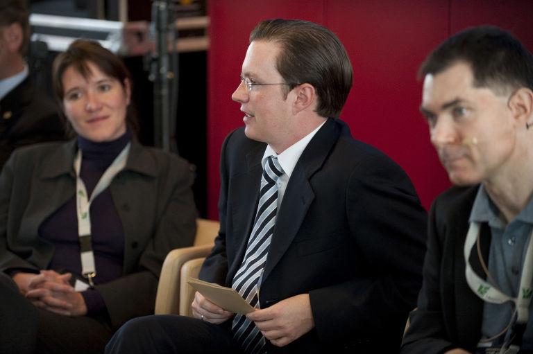 Eva Deuchert, Stephan Böhm und Nils Jent sitzen zusammen und diskutieren