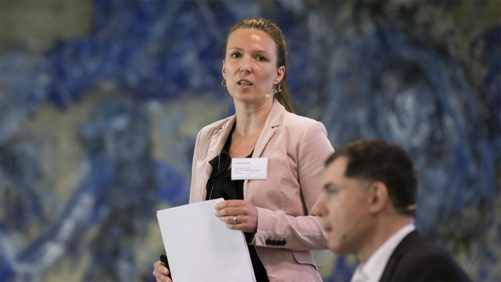 Dr. Lena Pescia und Prof. Dr. Nils Jent während ihres Vortrags