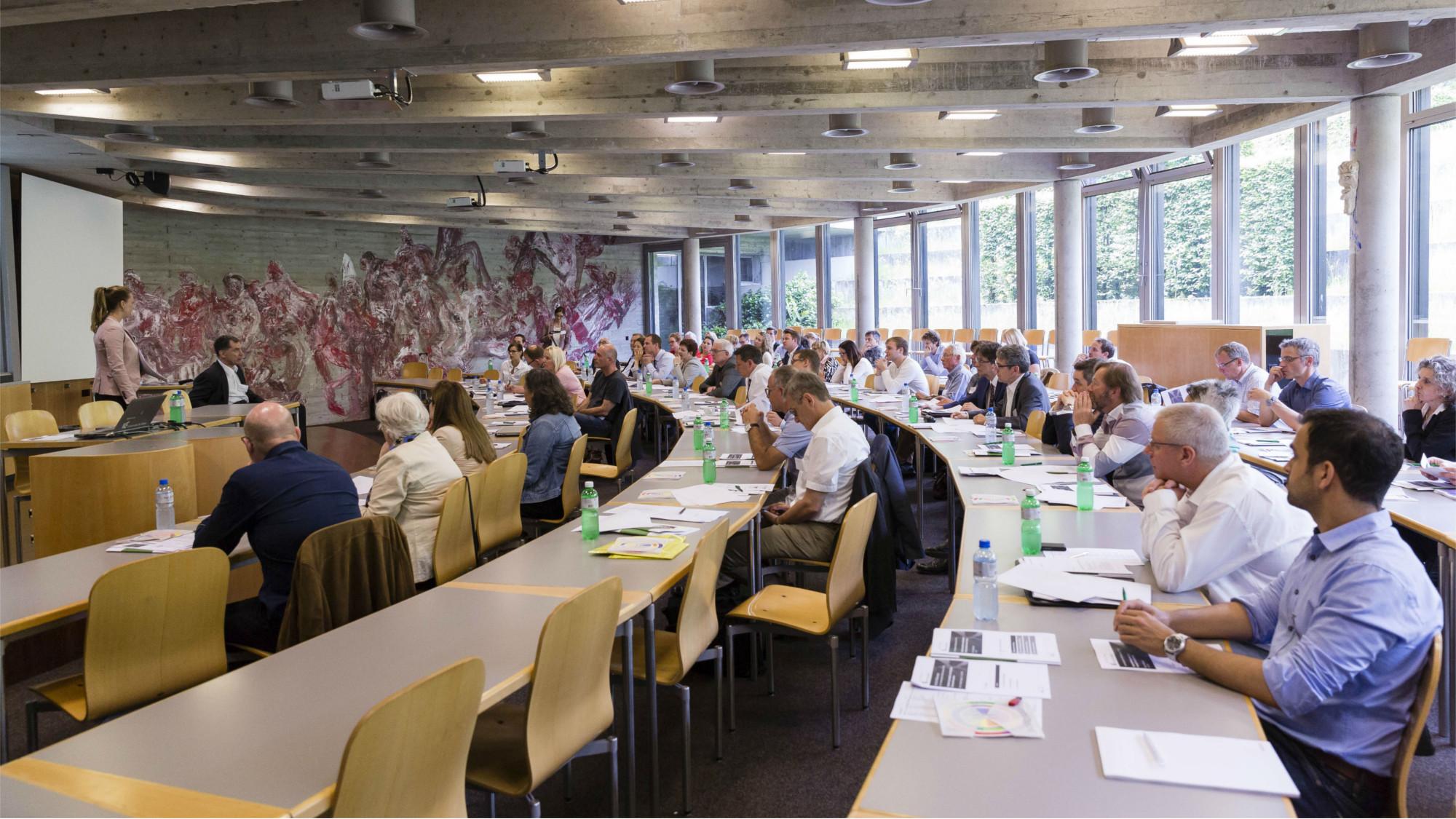 Teilnehmer während des Vortrags von Dr. Lena Pescia und Prof. Dr. Nils Jent