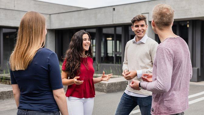Studierende vor dem Hauptgebäude